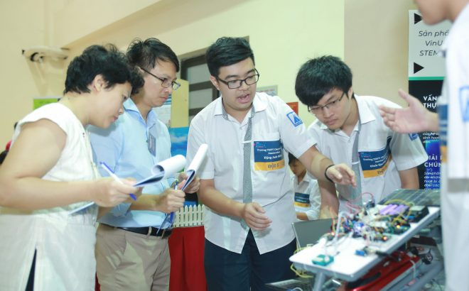 Robotics course for high school students by STEAM for Vietnam and VinUniversity